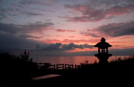 人魚塚の夕暮れ