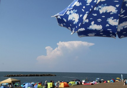 パラソルと入道雲