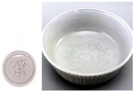 白磁彫椿文鉢
