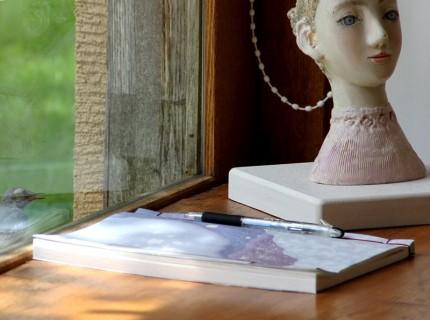 140706女性像とノートとハクセキレイ
