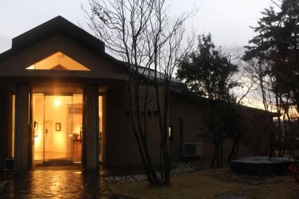 夕暮れの樹下美術館
