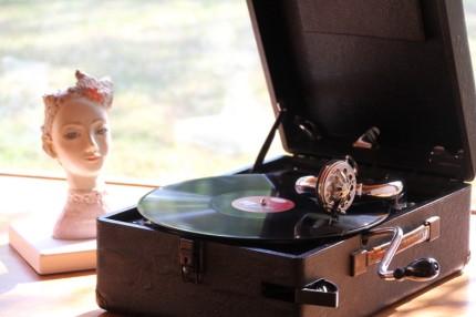 本日のポータブル蓄音機