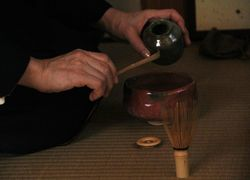 茶杓の茶を払う