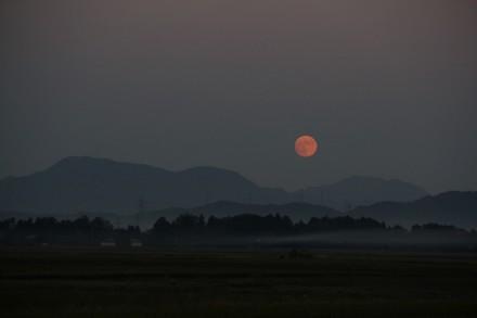 尾神岳の右肩の月