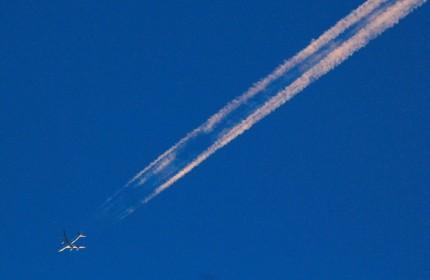 4飛行機雲が突然出来た