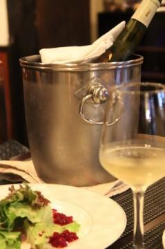 白ワインとサラダ