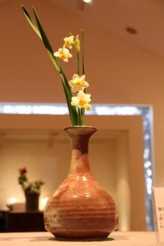 辰砂の花瓶に水仙