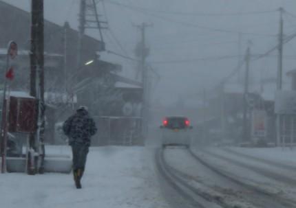 吹雪の道路