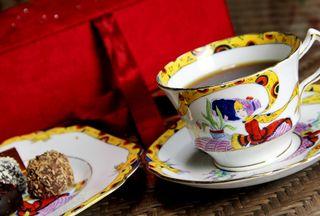 ゴディバのチョコレートとメルバのカップ